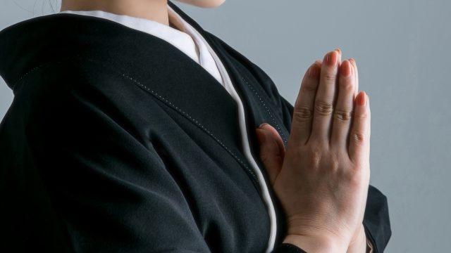 女性の葬式の服装