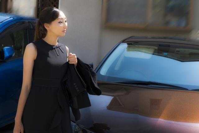 半袖ワンピースの喪服の女性